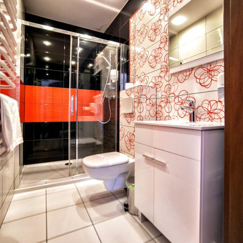 łazienka w pokoju o podwyższonym standardzie w hotelu, Bydgoszcz.