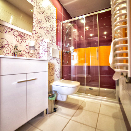 Łazienka w pokoju o podwyższonym standardzie.